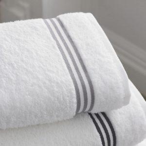 מגבת גוף גדולה נעימה לבנה