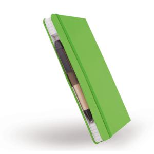 מחברת ירוקה סגורה עם עט