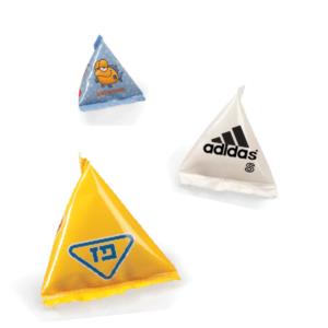 פירמידות ממותגות במילוי עדשים שוקולד