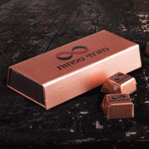 שוקולד במארז ממותג זהב